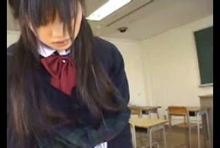 一人っきりの教室で擦り付けオナニーする女子校生たち
