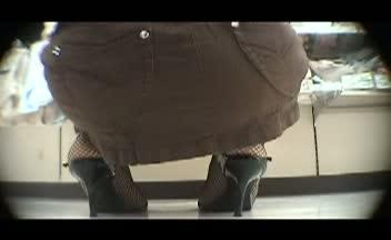 お店の中でセクシー網タイツ女性を隠し撮りしたらまさかのノーパンだった...