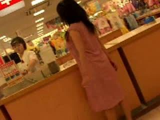 変態巨乳娘が指令を受けてエスカレーターでワンピめくって裸見せ購入した下...